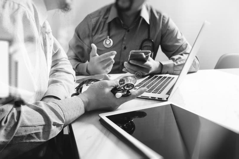 Ιατρική έννοια συνεδρίασης των ομάδων δικτύων τεχνολογίας Χέρι γιατρών wor στοκ φωτογραφία με δικαίωμα ελεύθερης χρήσης