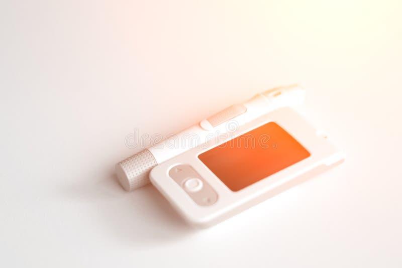 Ιατρική, διαβήτης, glycemia, υγειονομική περίθαλψη και έννοια ανθρώπων - μετρητής γλυκόζης και συσκευή νυστεριών για τη διάγνωση  στοκ φωτογραφίες με δικαίωμα ελεύθερης χρήσης