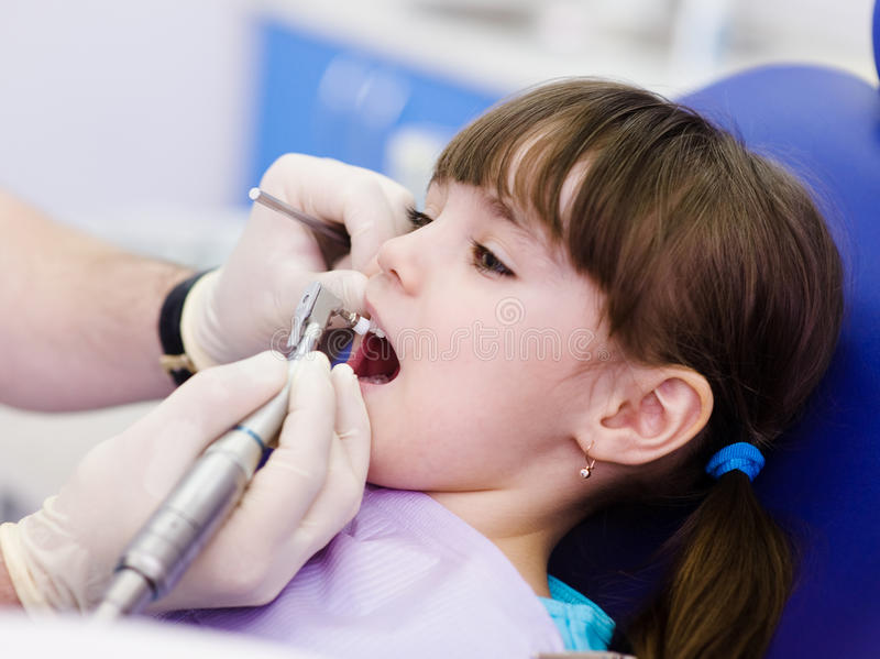 Ιατρική διαδικασία οδοντιάτρων κινηματογραφήσεων σε πρώτο πλάνο των δοντιών που γυαλίζουν με καθαρό στοκ εικόνα με δικαίωμα ελεύθερης χρήσης