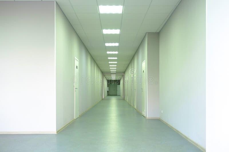Ιατρική κλινική Ένας μακρύς διάδρομος με τα γραφεία για τους γιατρούς στοκ φωτογραφία