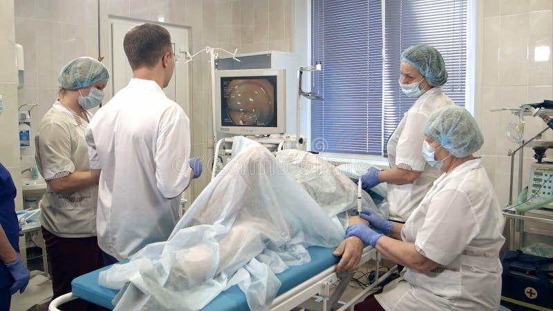 Ιατρική ομάδα που εκτελεί την gastro-ενδοσκόπηση στον ασθενή στο νοσοκομείο στοκ εικόνα
