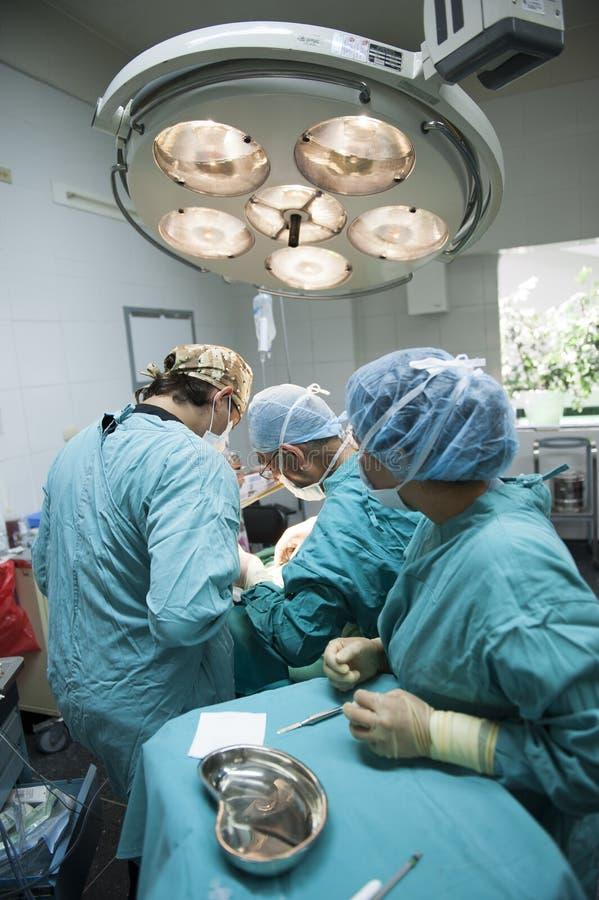 Ιατρική ομάδα που εκτελεί τη χειρουργική λειτουργία ι στοκ εικόνα