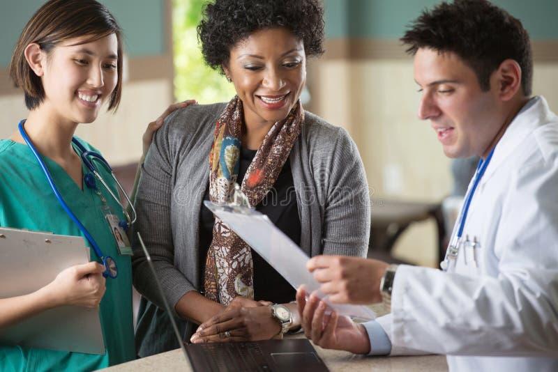 Ιατρική ομάδα που μιλά με τους ασθενείς στοκ εικόνα με δικαίωμα ελεύθερης χρήσης