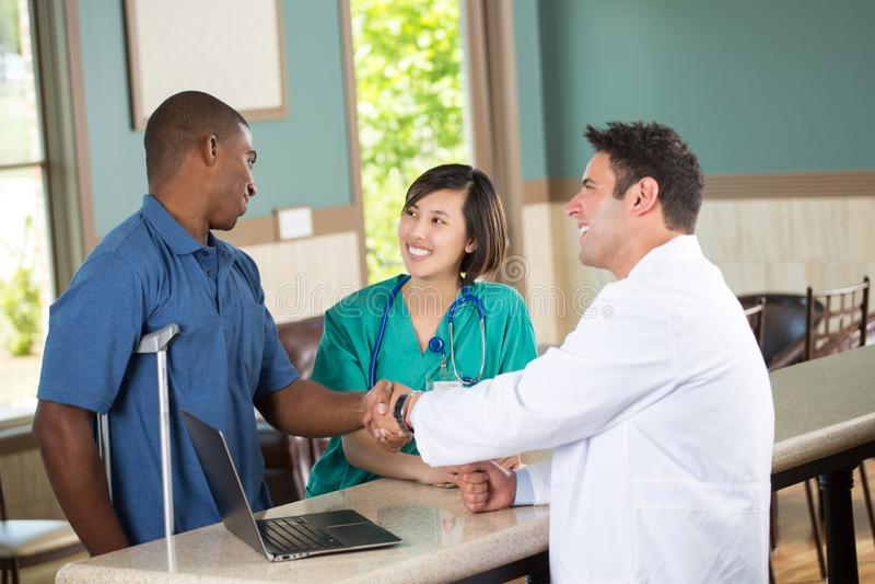 Ιατρική ομάδα που μιλά με τους ασθενείς στοκ φωτογραφίες