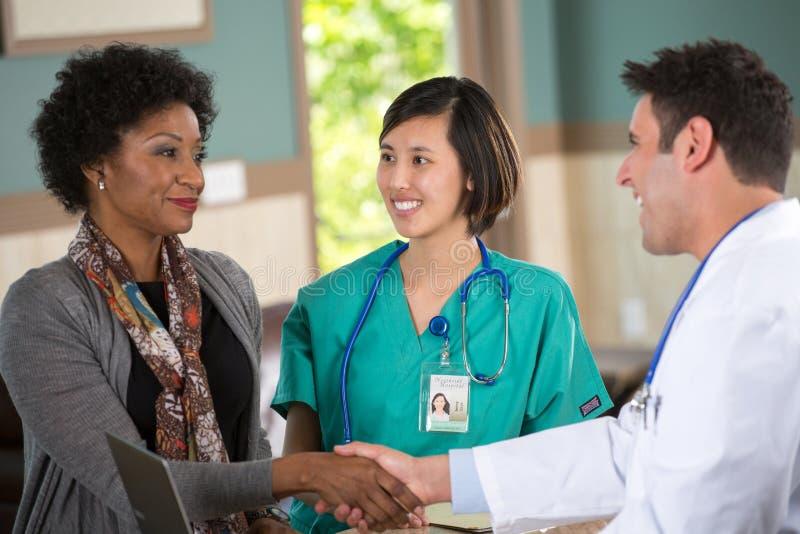 Ιατρική ομάδα που μιλά με τους ασθενείς στοκ εικόνα