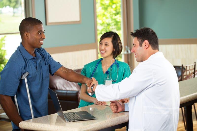 Ιατρική ομάδα που μιλά με τους ασθενείς στοκ φωτογραφία