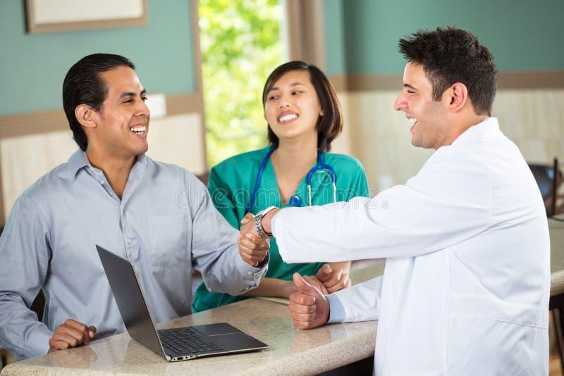 Ιατρική ομάδα που μιλά με τους ασθενείς στοκ φωτογραφία με δικαίωμα ελεύθερης χρήσης
