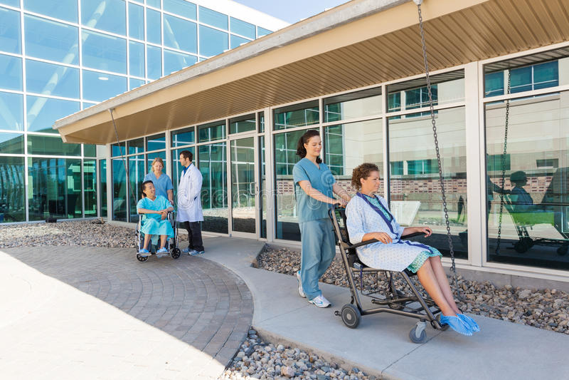Ιατρική ομάδα με τους ασθενείς στις αναπηρικές καρέκλες στοκ φωτογραφία