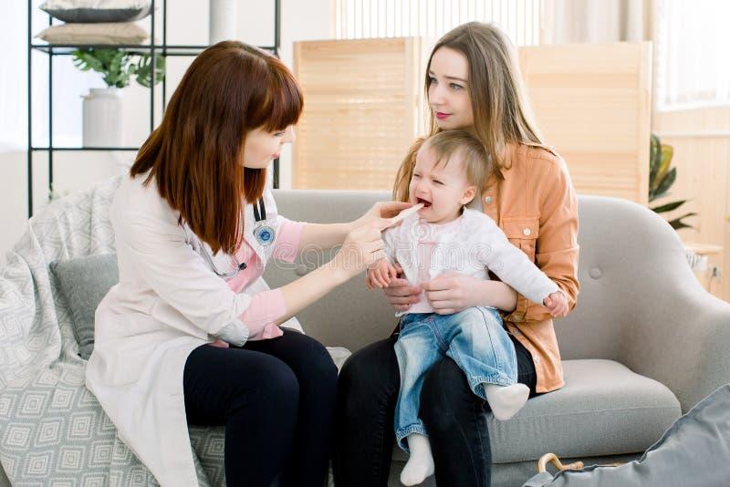 Ιατρική, υγειονομική περίθαλψη και pediatry έννοια - καυκάσιος γιατρός με το ραβδί που εξετάζει το στόμα του ασθενή κοριτσάκι στη στοκ φωτογραφία με δικαίωμα ελεύθερης χρήσης