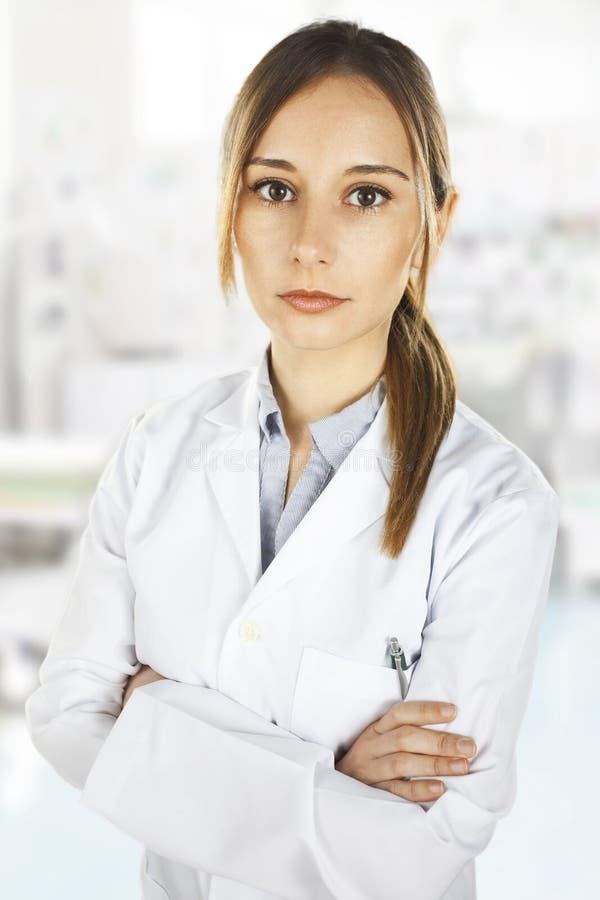 Ιατρικοί άνθρωποι. Νέα γυναίκα γιατρών στοκ εικόνα