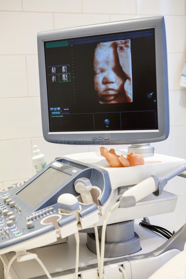 Ιατρικοί εξοπλισμοί για υπερηχητικό διαγνωστικό στην κλινική Εσωτερικό του δωματίου νοσοκομείων με τις υπερηχητικές συσκευές, απε στοκ εικόνες με δικαίωμα ελεύθερης χρήσης
