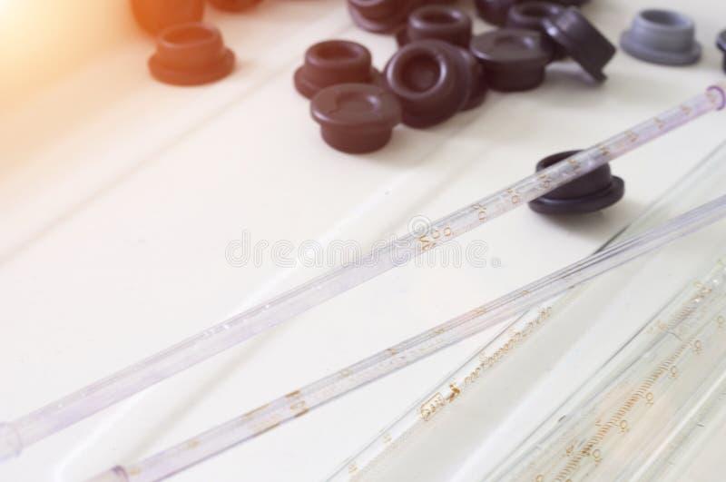 Ιατρικοί σωλήνες και αποστειρωμένα όργανα για την ανάλυση, φαρμακευτική στοκ εικόνα με δικαίωμα ελεύθερης χρήσης