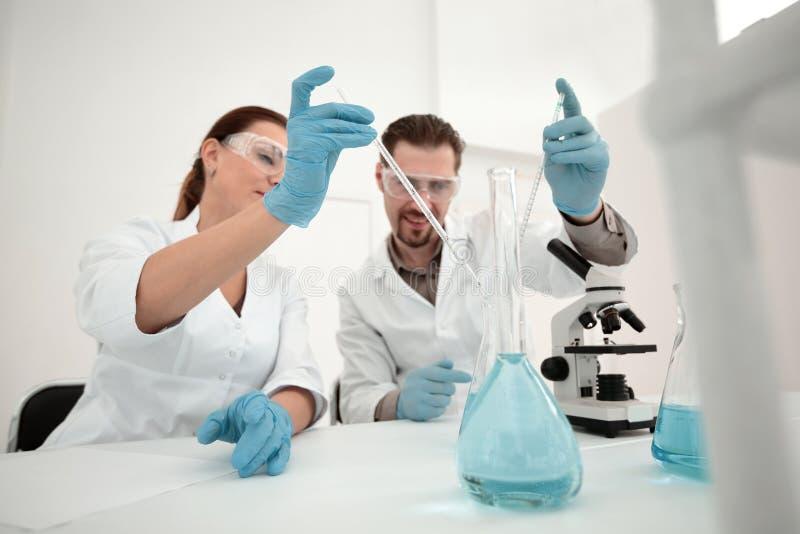 Ιατρικοί τεχνικοί που εργάζονται στο εργαστήριο στοκ φωτογραφία