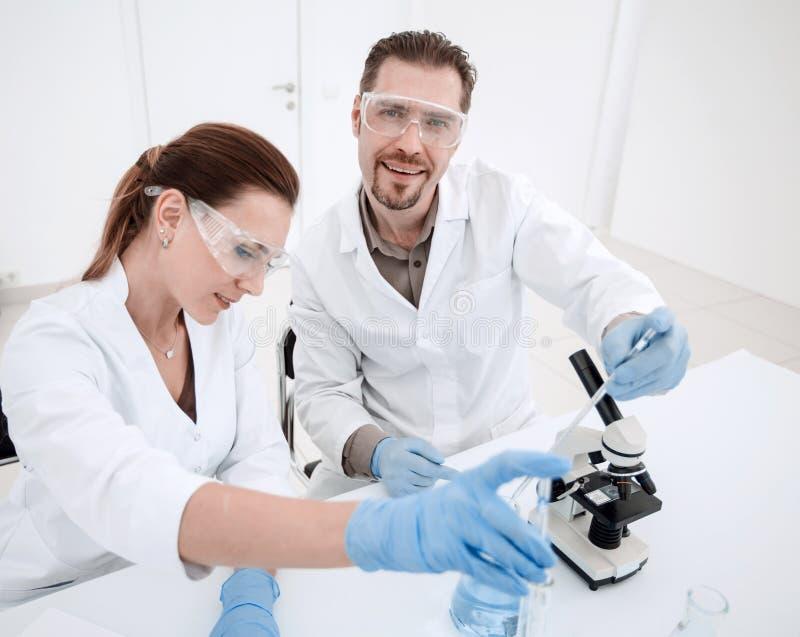 Ιατρικοί τεχνικοί που εργάζονται στο εργαστήριο στοκ φωτογραφία με δικαίωμα ελεύθερης χρήσης