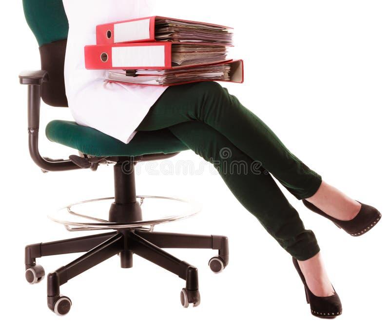 ιατρικός Γιατρός γυναικών με τους φακέλλους που κάθεται στην καρέκλα στοκ φωτογραφίες
