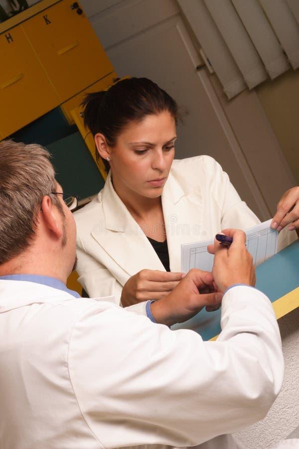 ιατρικός γραμματέας γιατρών που εργάζεται μαζί στοκ φωτογραφία με δικαίωμα ελεύθερης χρήσης
