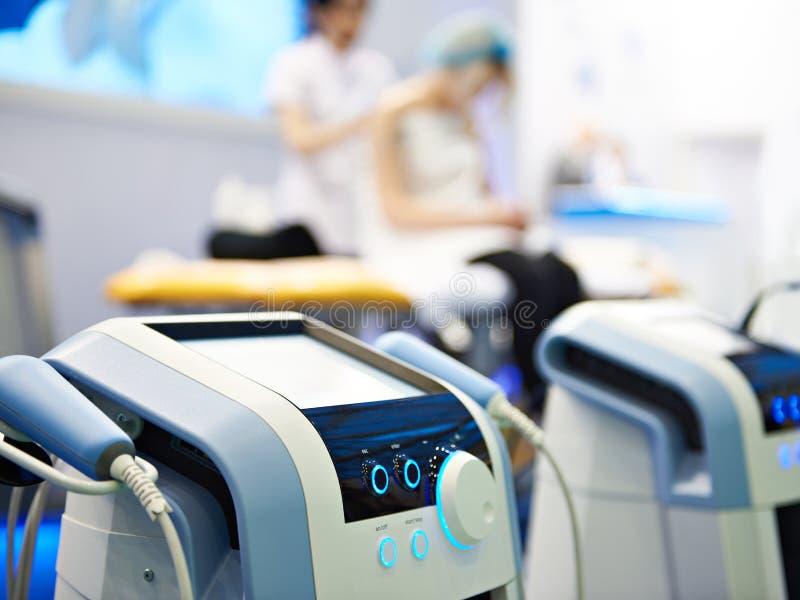 Ιατρικός εξοπλισμός για τη θεραπεία λέιζερ και κρουστικών κυμάτων στοκ φωτογραφία