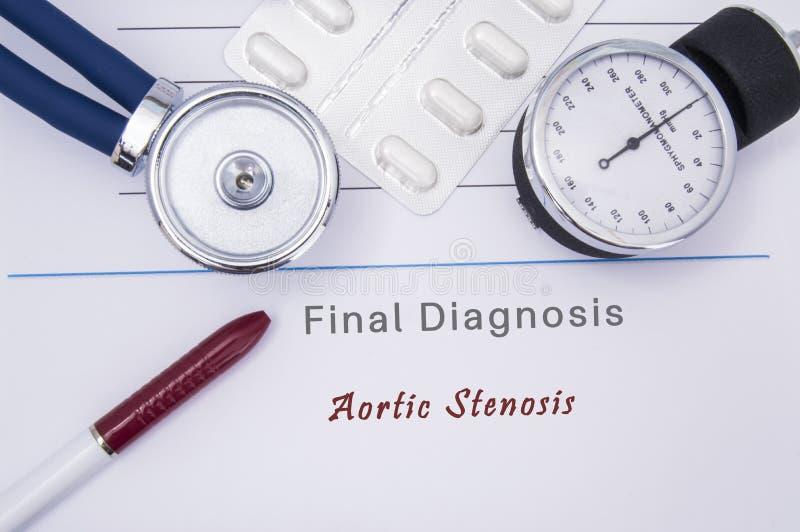 Ιατρικό έντυπο με τη διάγνωση της αορτικής στένωσης σε ποιο ψέμα το στηθοσκόπιο, το όργανο ελέγχου πίεσης του αίματος, οι άσπρες  στοκ φωτογραφίες