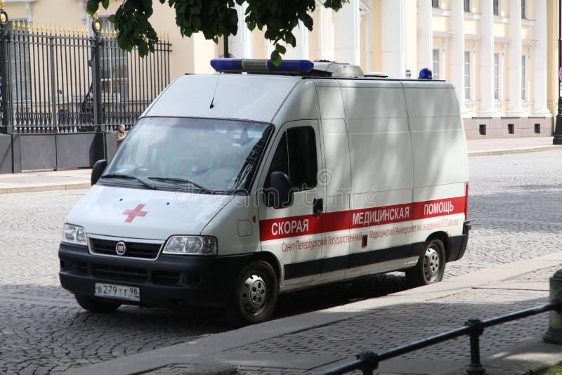 Ιατρικό ασθενοφόρο αυτοκινήτων στο καθήκον στις οδούς σε μια δημόσια εκδήλωση στοκ φωτογραφία με δικαίωμα ελεύθερης χρήσης