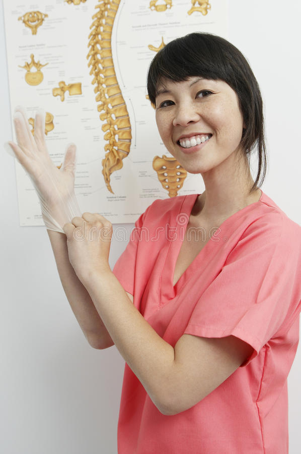 Ιατρικό μέλος προσωπικό που φορά το μίας χρήσης γάντι στοκ φωτογραφία