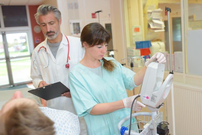 Ιατρικό προσωπικό γύρω από τον ασθενή στοκ εικόνα