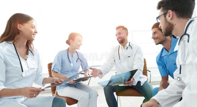 Ιατρικό προσωπικό που συζητά την ακτίνα X ενός ασθενή στοκ εικόνα με δικαίωμα ελεύθερης χρήσης