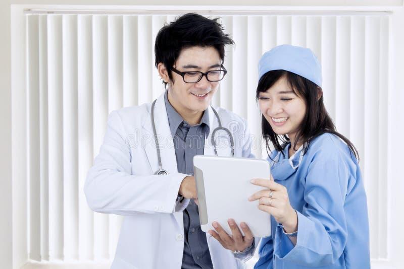 Ιατρικό προσωπικό που χρησιμοποιεί την ψηφιακή ταμπλέτα από κοινού στοκ εικόνες με δικαίωμα ελεύθερης χρήσης