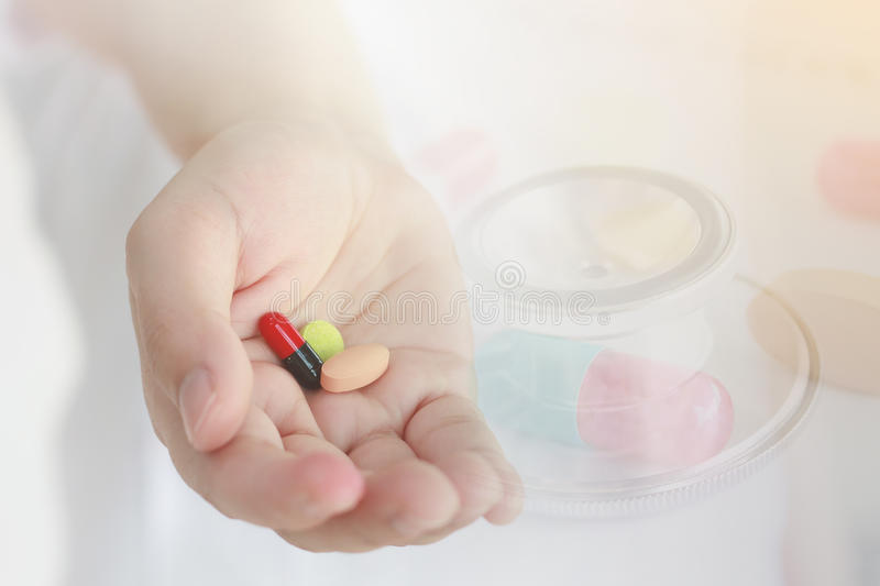Ιατρικό υπόβαθρο, χάπια ιατρικής εκμετάλλευσης χεριών γιατρών στοκ φωτογραφίες με δικαίωμα ελεύθερης χρήσης