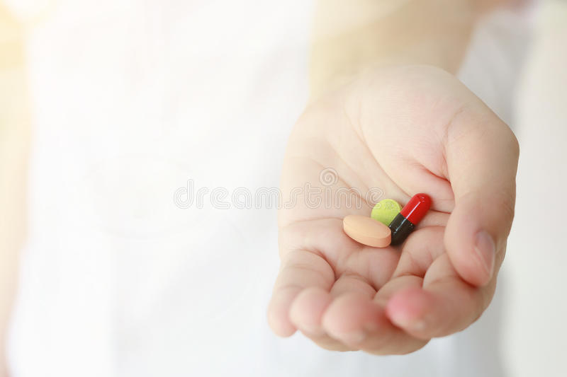 Ιατρικό υπόβαθρο, χάπια ιατρικής εκμετάλλευσης χεριών γιατρών στοκ εικόνες με δικαίωμα ελεύθερης χρήσης