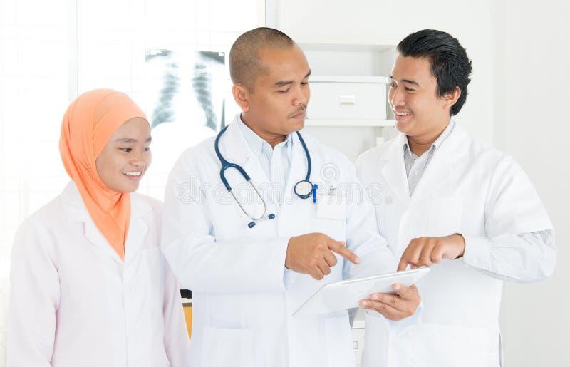 Ιατροί που συζητούν στο PC ταμπλετών στοκ φωτογραφίες με δικαίωμα ελεύθερης χρήσης