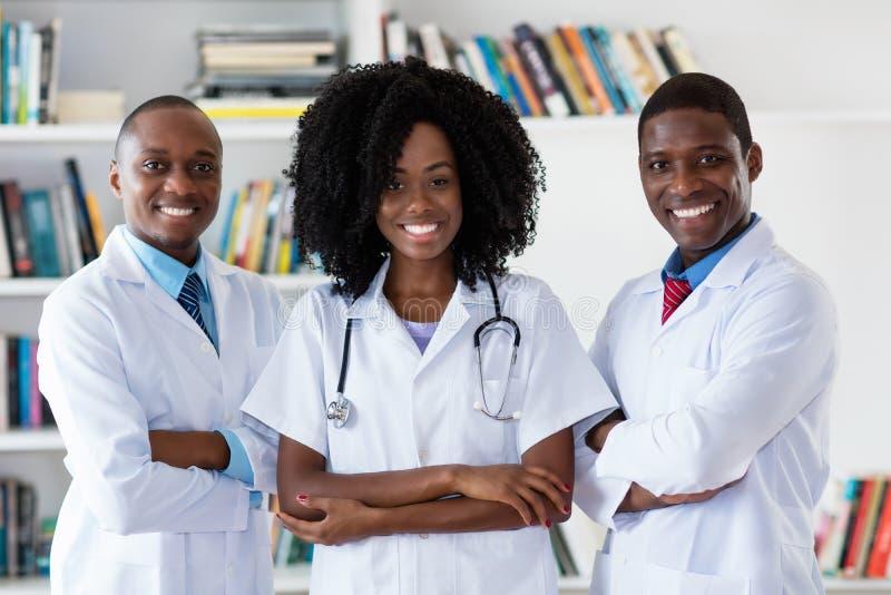Ιατρός παθολόγος και γιατρός και νοσοκόμα ως ιατρική ομάδα αφροαμερικάνων στοκ φωτογραφία με δικαίωμα ελεύθερης χρήσης