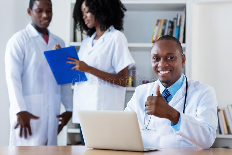 Ιατρός παθολόγος με τη ιατρική ομάδα στην εργασία στοκ φωτογραφία με δικαίωμα ελεύθερης χρήσης