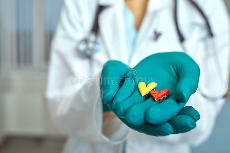 Ιατρός που κρατά συγκολλήσεις καρδιάς με την έννοια της ιατρικής περίθαλψης, Ιατρική στο νοσοκομείο, καρδιολογία στοκ φωτογραφία με δικαίωμα ελεύθερης χρήσης
