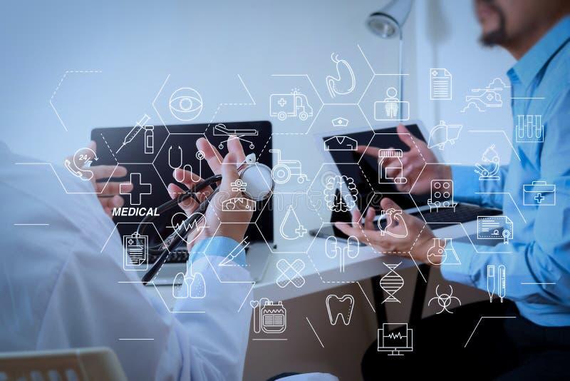 Ιατρός στο λευκό ομοιόμορφο συμβουλευτικό επιχειρηματία παλτών εσθήτων στοκ εικόνα με δικαίωμα ελεύθερης χρήσης