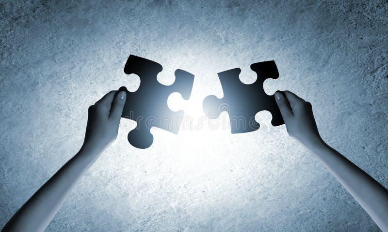διαφορετικός γρίφος δύο κομματιών συνεργασίας χεριών έννοιας στοκ φωτογραφίες με δικαίωμα ελεύθερης χρήσης