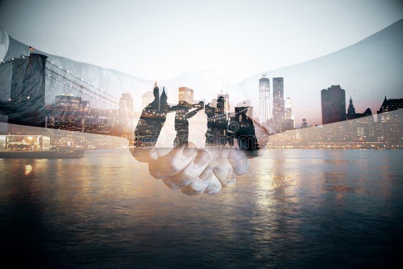 διαφορετικός γρίφος δύο κομματιών συνεργασίας χεριών έννοιας στοκ εικόνες