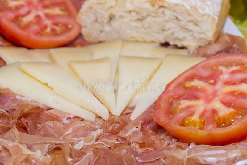 Ιβηρικά ζαμπόν και τυρί με την ντομάτα στοκ εικόνες