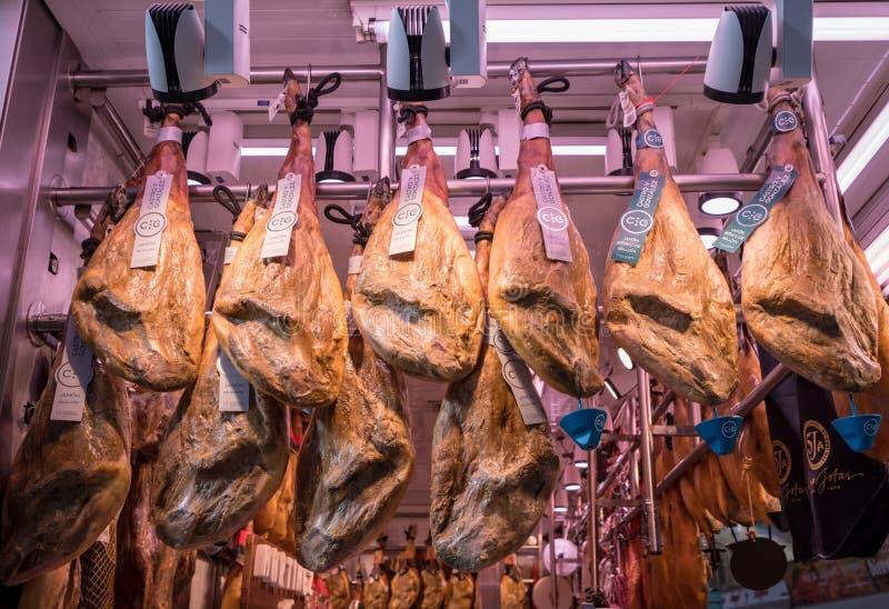 Ιβηρικά ζαμπόν που κρεμούν στο στάβλο αγοράς στη Βαλένθια στοκ φωτογραφία με δικαίωμα ελεύθερης χρήσης