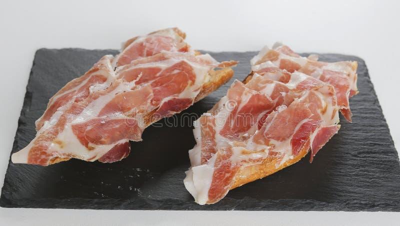 Ιβηρικά σάντουιτς ζαμπόν σε ένα πιάτο στοκ εικόνες με δικαίωμα ελεύθερης χρήσης