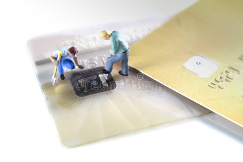 Ιδέα κλοπής πιστωτικών καρτών Χάκερ κλέβουν πληροφορίες πιστωτικών καρτών από την ασφάλεια του πλοίου για μη εξουσιοδοτημένες αγο στοκ φωτογραφία