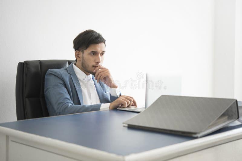 Ιδέα σκέψης επιχειρηματιών κάτι για την εργασία στοκ εικόνες