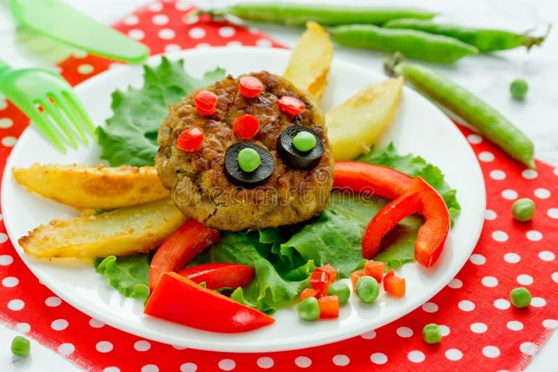 Ιδέα τέχνης τροφίμων για το μεσημεριανό γεύμα παιδιών - κεφτές με την τηγανισμένη πατάτα στοκ φωτογραφίες