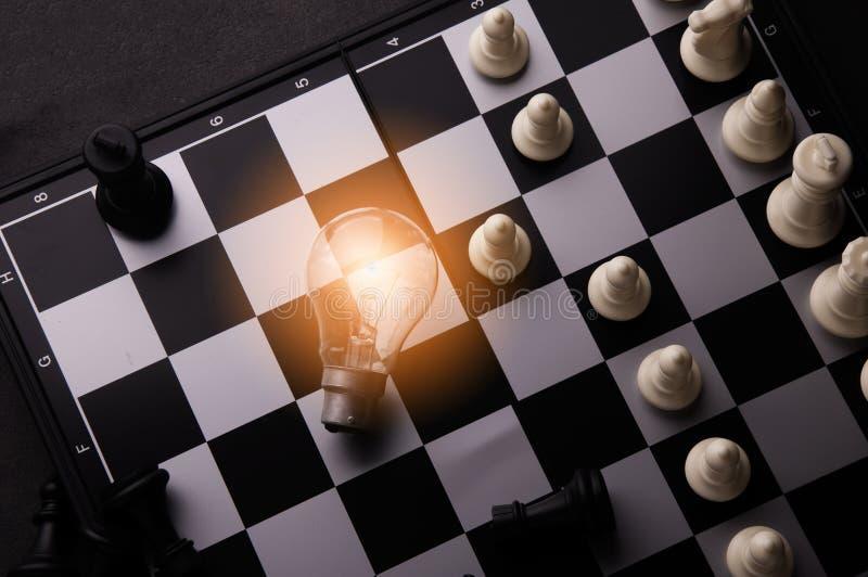 Ιδέα της έννοιας επιχειρησιακής στρατηγικής Έξυπνη επιχείρηση ιδέας σκέψης με το επιτραπέζιο παιχνίδι σκακιού στοκ εικόνες