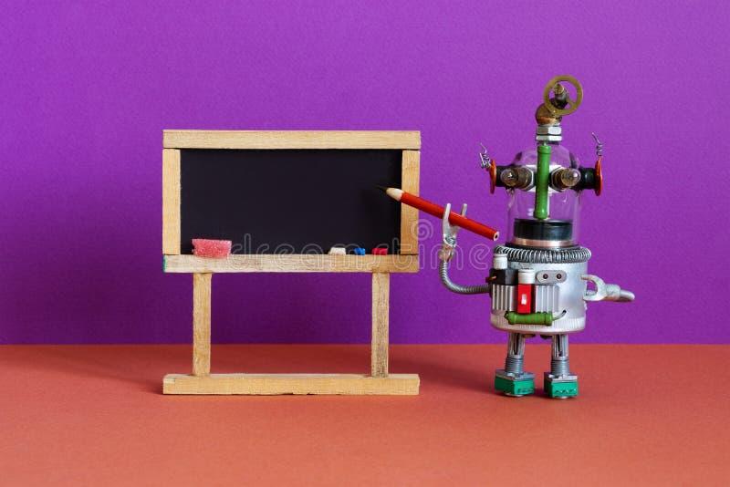 Ιδέα της εξ αποστάσεως επιγραμμικής εκπαίδευσης Δείκτης μολυβιού δάσκαλου ρομπότ, εσωτερικό στην τάξη με άδεια μαύρη πλακέτα στοκ εικόνα