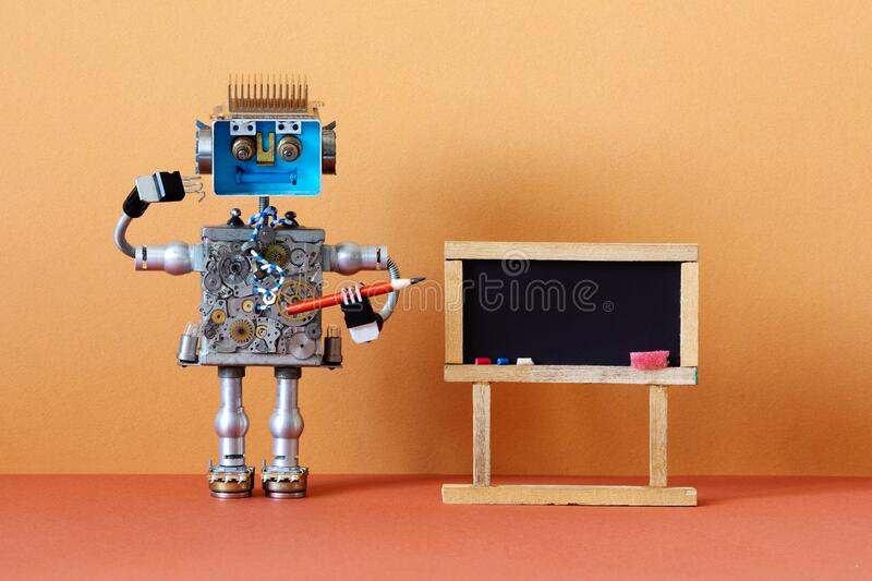 Ιδέα της επιγραμμικής εκπαίδευσης εξ αποστάσεως Κόκκινο μολύβι δάσκαλος ρομπότ, αφηρημένο εσωτερικό στην τάξη με άδειο στοκ φωτογραφίες με δικαίωμα ελεύθερης χρήσης
