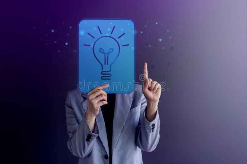 Ιδέες, έννοια δημιουργικότητας και καινοτομίας Η γυναίκα κάλυψε το πρόσωπό της, που παρουσιάζει ένα LightBulb και μια γλώσσα του  στοκ εικόνα