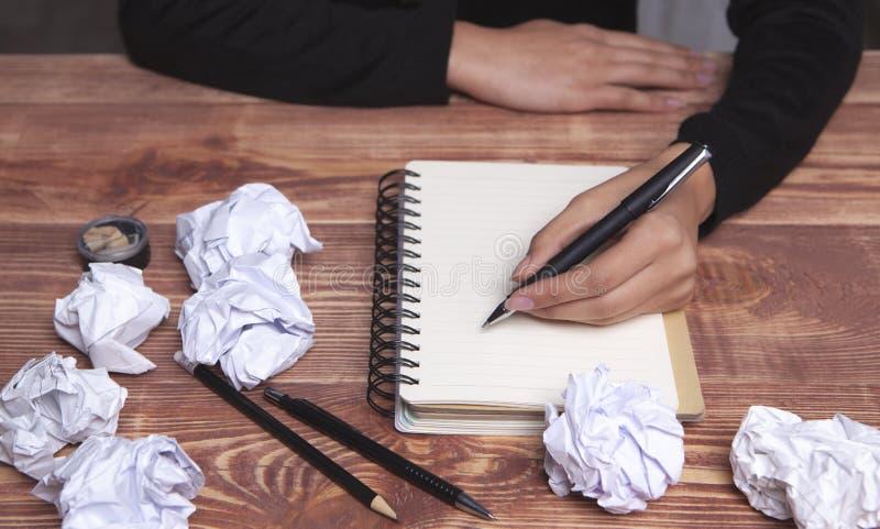 Ιδέες και έμπνευση χεριών εγγράφου στοκ εικόνες με δικαίωμα ελεύθερης χρήσης