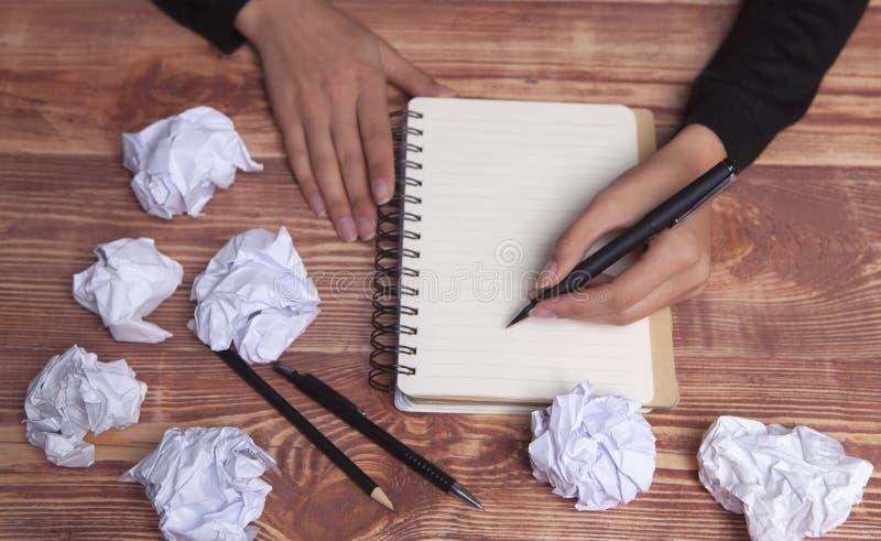 Ιδέες και έμπνευση χεριών εγγράφου στοκ φωτογραφία