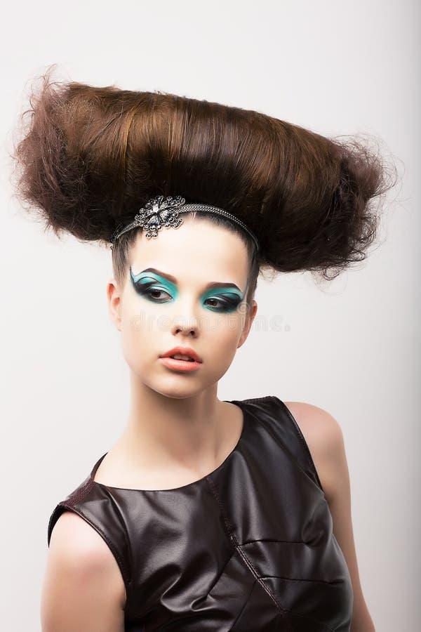 Ιδιαίτερο συναισθηματικό κορίτσι με τον περίεργο δημιουργικό προσδιορισμό. Φανταστικό Hairdo. Υψηλή μόδα στοκ φωτογραφία