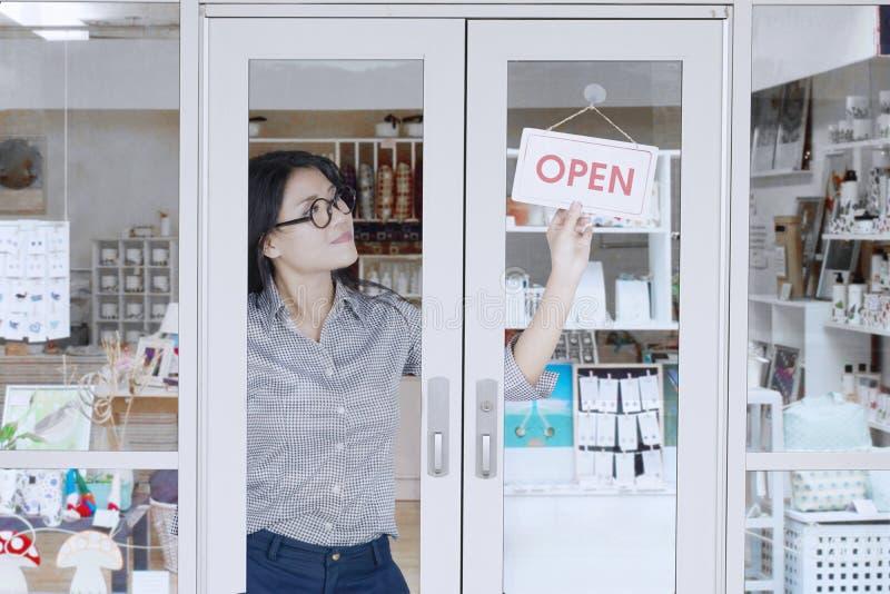 Ιδιοκτήτης καταστημάτων που γυρίζει το ανοικτό σημάδι στοκ εικόνα με δικαίωμα ελεύθερης χρήσης